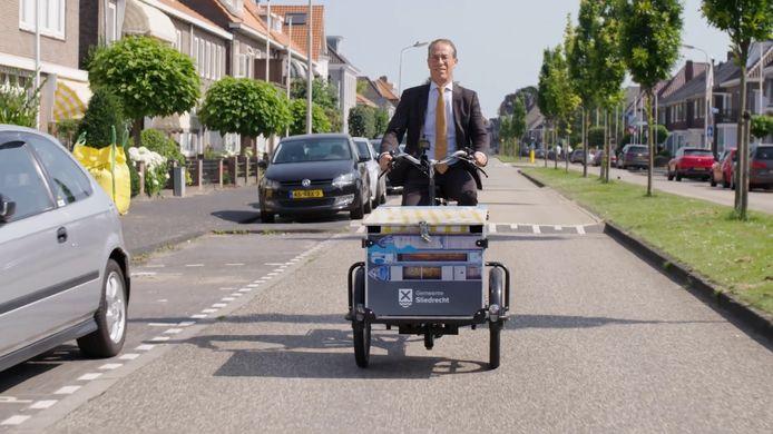 Burgemeester Jan de Vries ontdekte Sliedrecht in zijn eerste honderd dagen vooral per bakfiets.