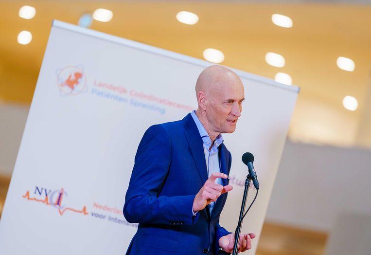 Ernst Kuipers, voorzitter van het Landelijk Netwerk Acute Zorg, staat vanuit het universitair ziekenhuis Erasmus MC de pers te woord.  Beeld ANP
