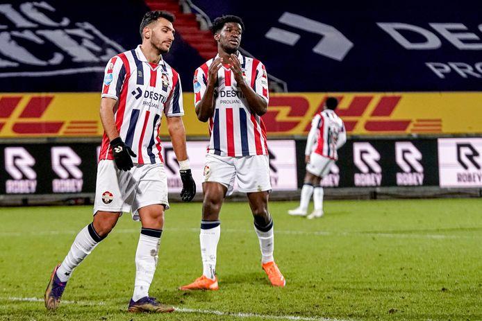 Teleurstelling bij Vangelis Pavlidis en Otschi Wriedt van Willem II nadat weer een doelpunt wegens buitenspel is afgekeurd.