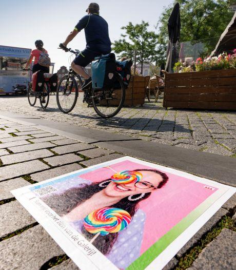 Stoeptegelexpositie van KW1C-studenten eyecatcher op Bossche Markt: 'Nu maar hopen dat ze blijven liggen'