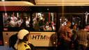De arrestanten worden in een HTM-bus weggevoerd.