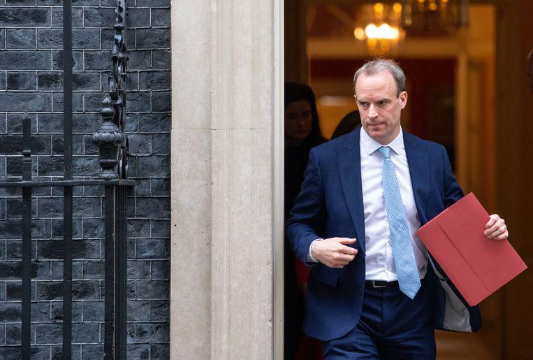 Vice-premier Dominic Raab arriveert op Downing Street nummer 10, hij neemt tijdelijk de taken van Johnson waar. Beeld AP