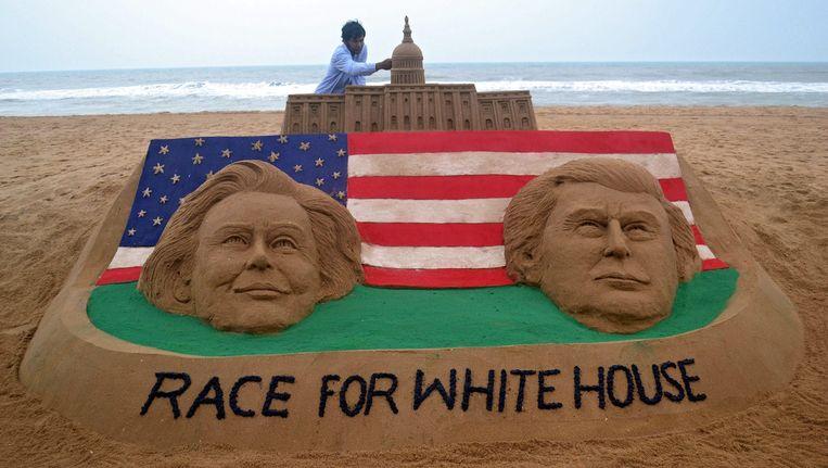 Een zandkunstenaar heeft de race naar het Witte Huis op het strand van het Indiase Orrisa verbeeld. Beeld epa