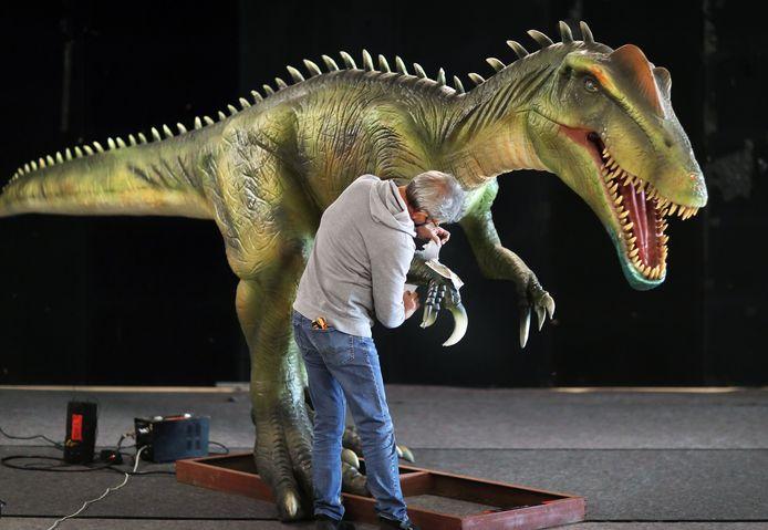 Opbouw Dino tentoonstelling 'World of Dinos'  in het World Forum Cetrum.