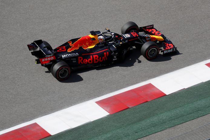 Max Verstappen in zijn Red Bull-bolide tijdens een vrije training in Rusland.