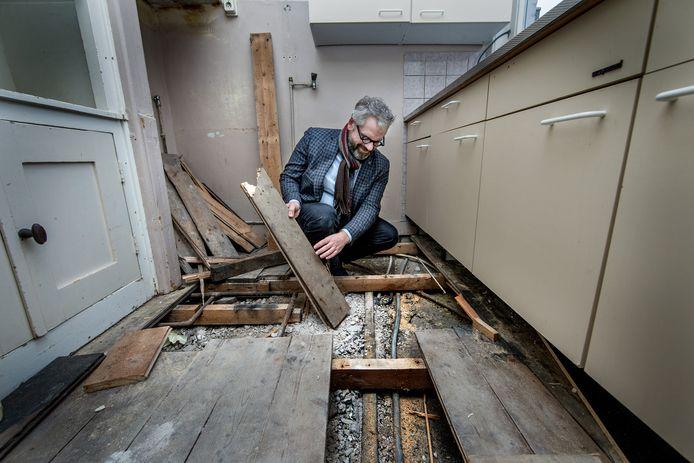 De regiomanager van Ymere bekijkt de leiding in een huurwoning in Noord, waar eerder lood in leidingen werd aangetroffen.