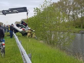 Visser parkeert Mercedes, maar vergeet handrem: auto duikt de IJzer in