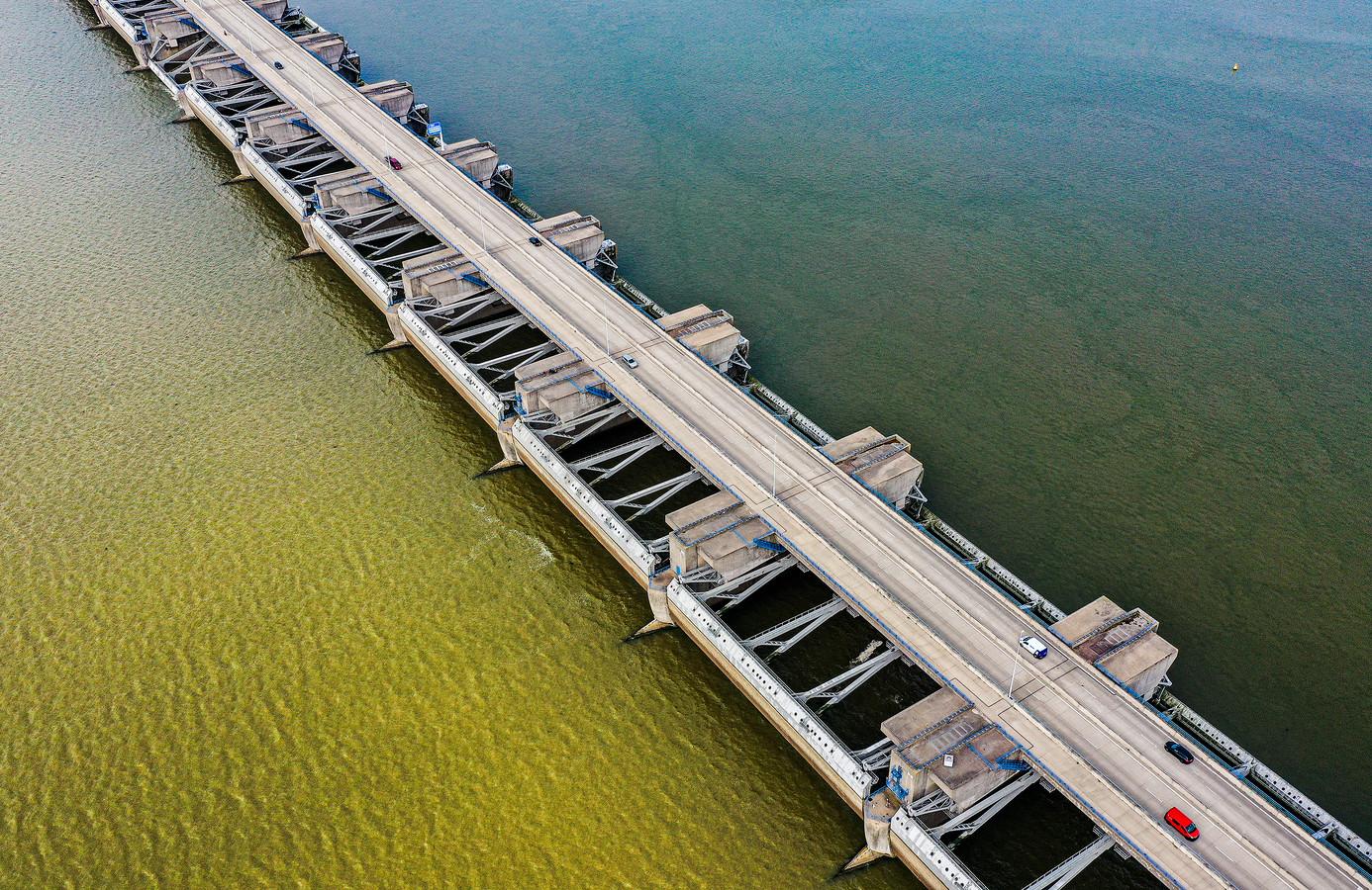 Het water van het Haringvliet kleurt geel door het water dat afkomstig is van de overstromingen in Limburg en Duitsland.