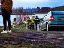 Massale inzet hulpdiensten voor vermeende drenkeling, man zit op oever van IJssel