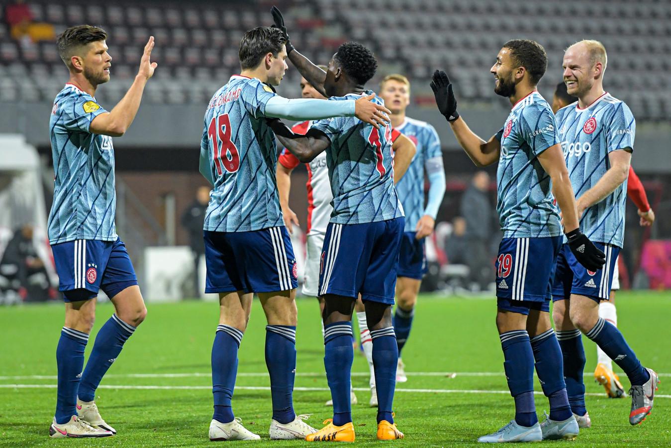 Ajax viert een goal.