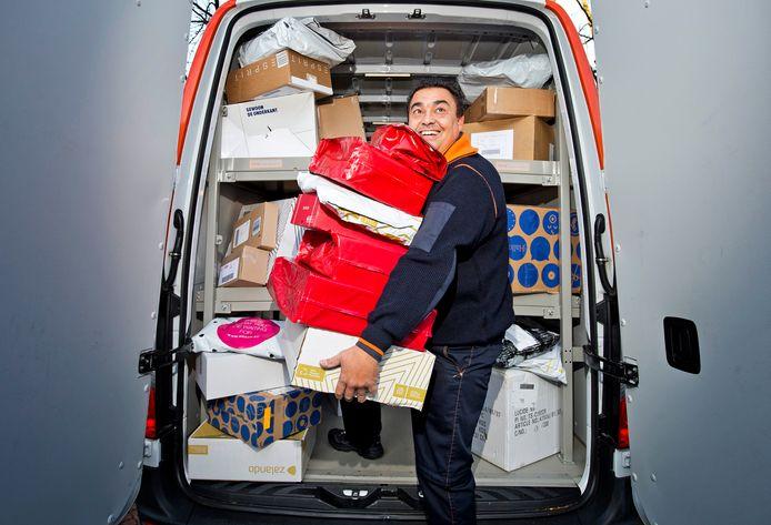 Postbode Pakketbezorger Marcel Helling heeft zijn handen vol in de drukke decembermaand.
