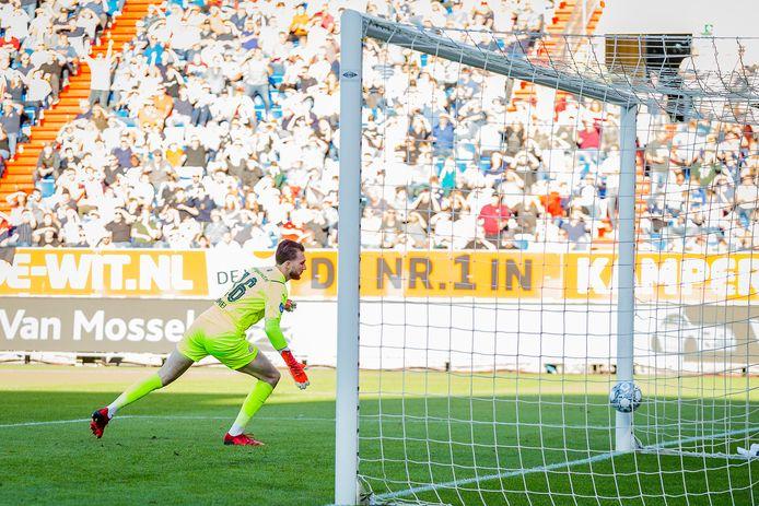 Joël Drommel kijkt de bal na en ziet Willem II op 2-1 komen.