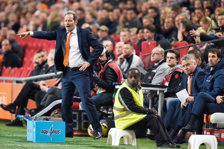 Guus Hiddink op de bank bij Oranje. In de tweede helft leek Danny Blind wel de baas bij Oranje. Beeld Guus Dubbelman / de Volkskrant