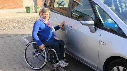 Kritiek op te smalle parkeerplaats voor mindervaliden