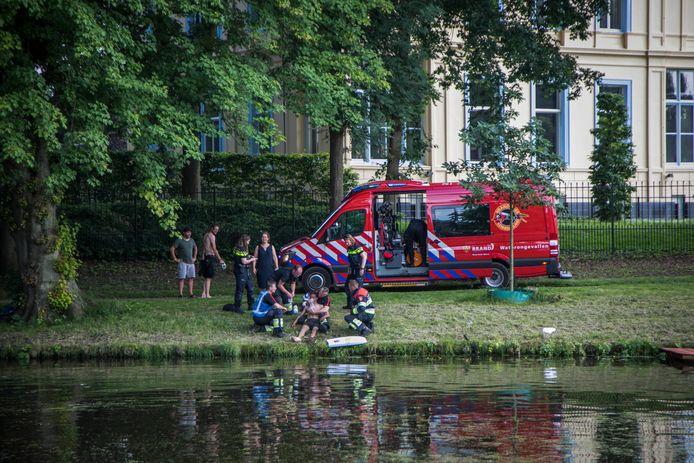 Brandweer bij een drenkeling op de Schotersingel in Haarlem 24 juni tijdens de 112 storing.