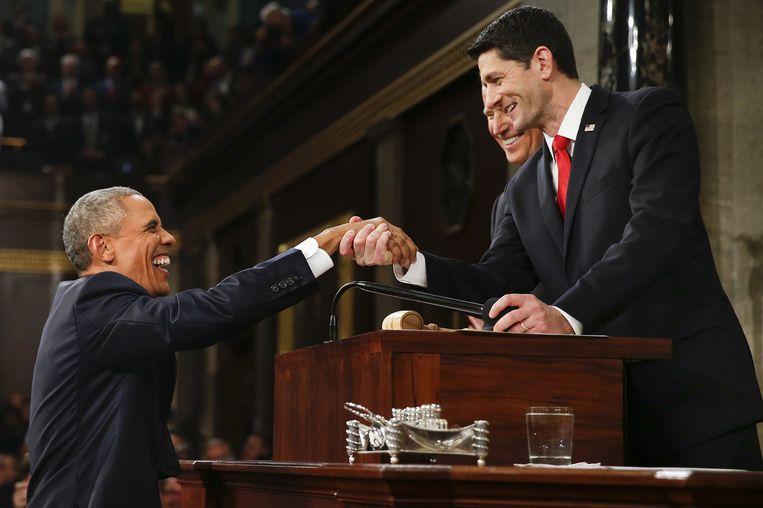 2016: President Barack Obama schudt de hand van de Republikeinse voorzitter van het Huis van Afgevaardigden Paul Ryan. Beeld Getty