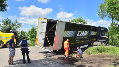 Weer rijdt zoekende trucker zich vast op kruispunt in Fazantendreef