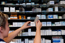 Apothekers klagen dat de huidige medicijntekorten vooral komen door het massaal promoten van goedkopere varianten van geneesmiddelen vanuit zorgverzekeraars
