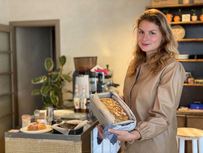 Salomé aan de toonbank van haar nieuwe koffiehuis Nana.
