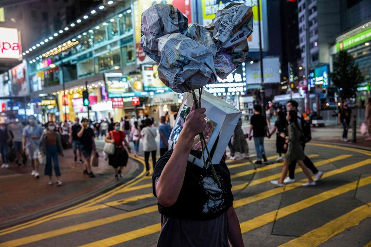 Een kunstenaar in Hongkong herdenkt, ondanks een verbod, het bloedbad op het Plein van de Hemelse Vrede.  Beeld AFP