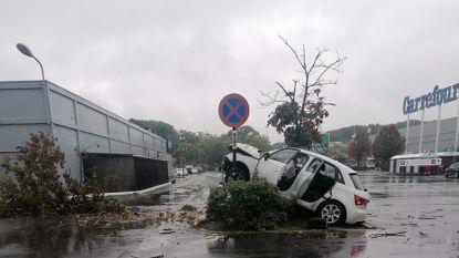 Auto crasht op parking Carrefour in Schoten