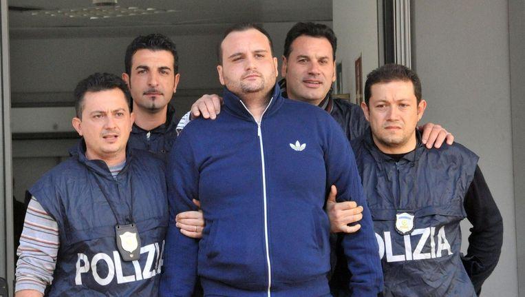De Italiaanse politie arresteert Rosario Guarino (M), ook wel bekend als 'Joe Banana', in 2012. Beeld anp