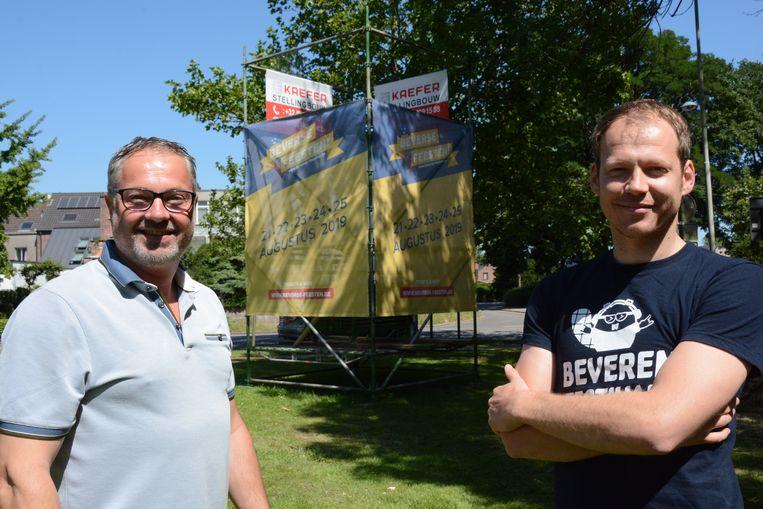 Mark Van Puymbrouck en David Van de Vijver bij de promotoren die intussen langs de N70 werd geplaatst.