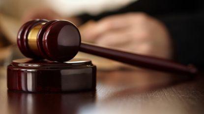 Man keert niet terug naar gevangenis na penitentiair verlof en rijdt agente aan: vier jaar cel