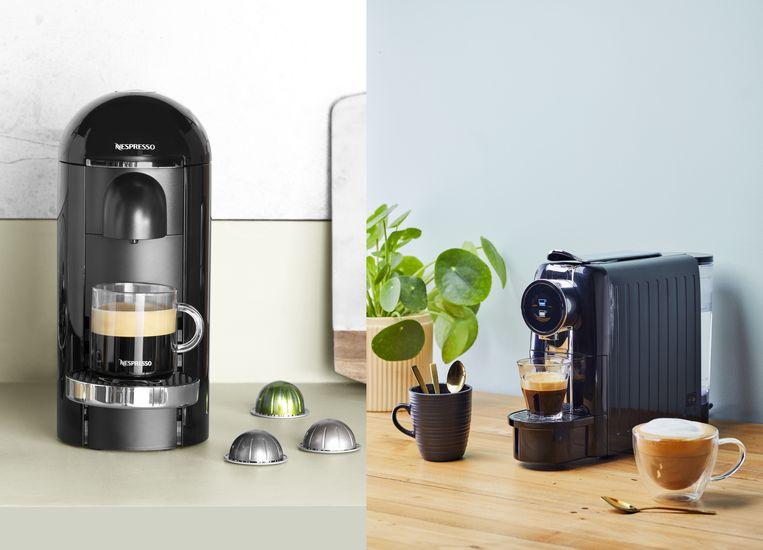 Koffieoorlog: links de nieuwe koffiezetter Vertuo van Nespresso met een nieuw model cupje, rechts de cupjesmachine die  Blokker woensdag lanceert. Beeld Nespresso/Blokker