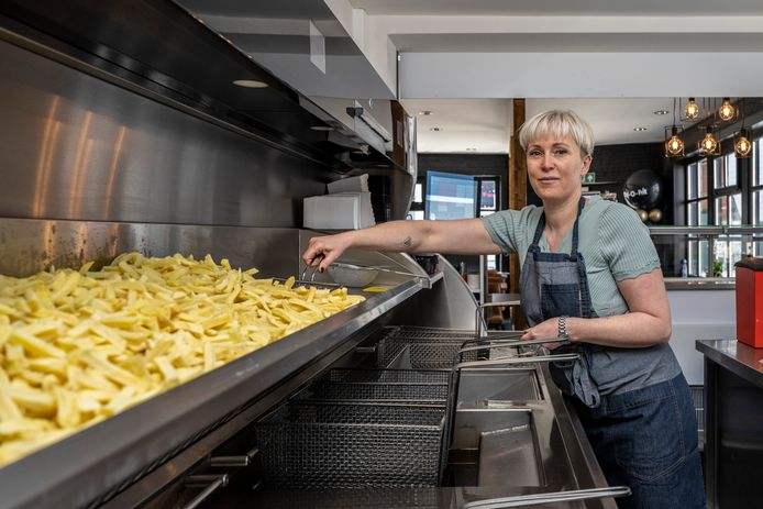"""Jirka bakt haar eerste frieten in haar eigen frituur. """"Dit was al lang een droom"""", zegt ze."""