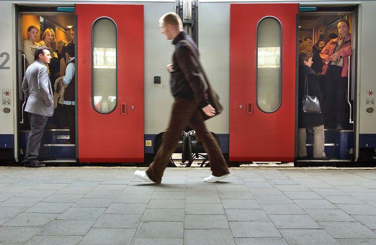 Een overvolle trein in het station Brussel Zuid. Het uitblijven van een beheerscontract is voor de reiziger slecht nieuws. Beeld Yann Bertrand