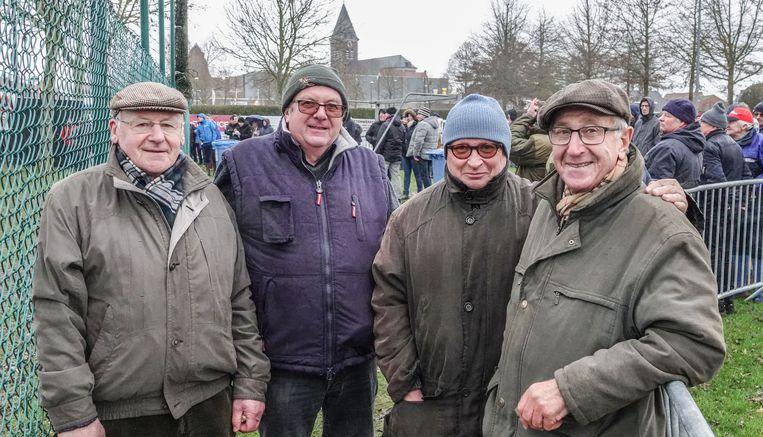 Voor Roger Roose en Norbert Vandeputte uit Zwevegem is de cross een jaarlijkse afspraak. Ze raakten al snel aan de babbel met Johan Bijls en Patrick Beleyn uit Avelgem, die voor de tweede keer op rij kwamen kijken naar de cross.