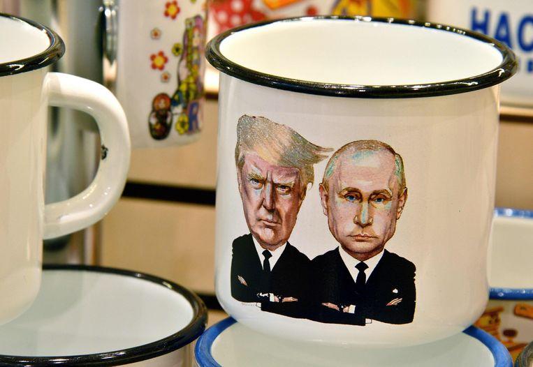 Donald Trump en Vladimir Poetin, samen afgebeeld op een koffietas. Beeld AFP