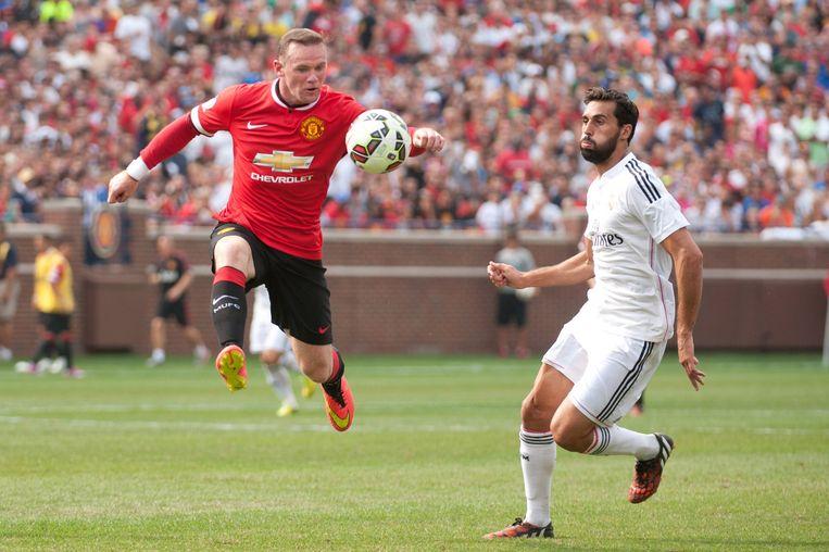Manchester-speler Wayne Rooney gaat achter de bal aan Beeld REUTERS