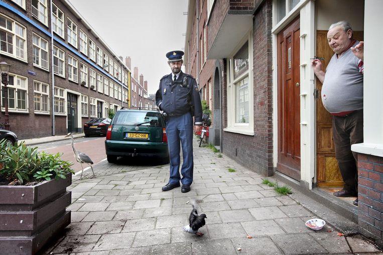 Jan Okx in 2010 als wijkagent van de Bellamybuurt. Beeld Jean-Pierre Jans