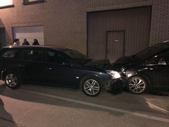 De Opel Vectra van de aanrijder en een geparkeerde Opel Zafira liepen de zwaarste schade op.