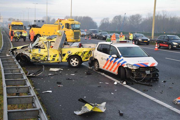 De voertuigen van Rijkswaterstaat en de politie raakten total-loss.