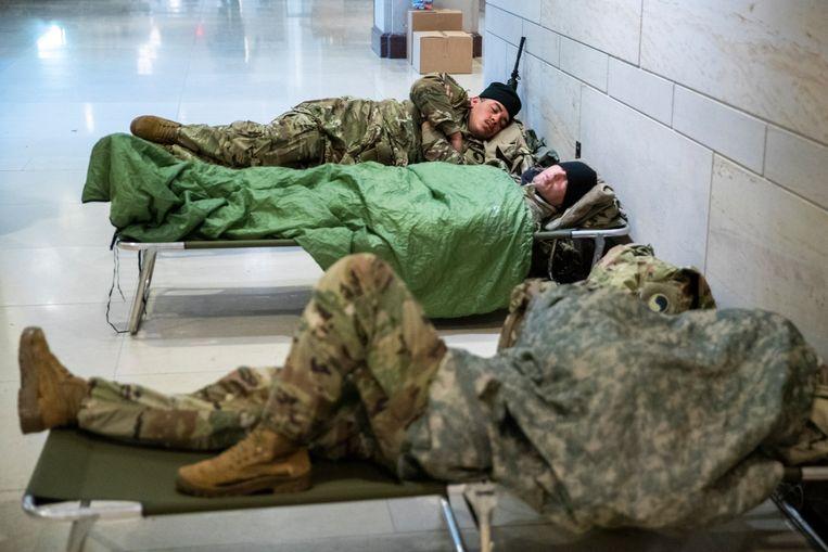 Bij gebrek aan degelijke voorzieningen moesten de troepen in het Capitool slapen.  Beeld EPA