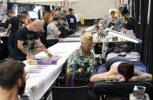 Verschillende artiesten geven het beste van zichzelf op de tattooconventie in Herselt.