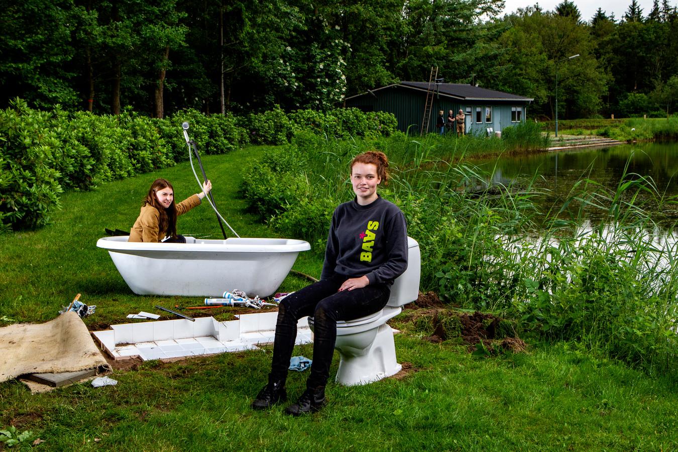 Babet Kanis (rechts) en Elise Horning zetten een badkamer op langs de Bosbaan in Okkenbroek.