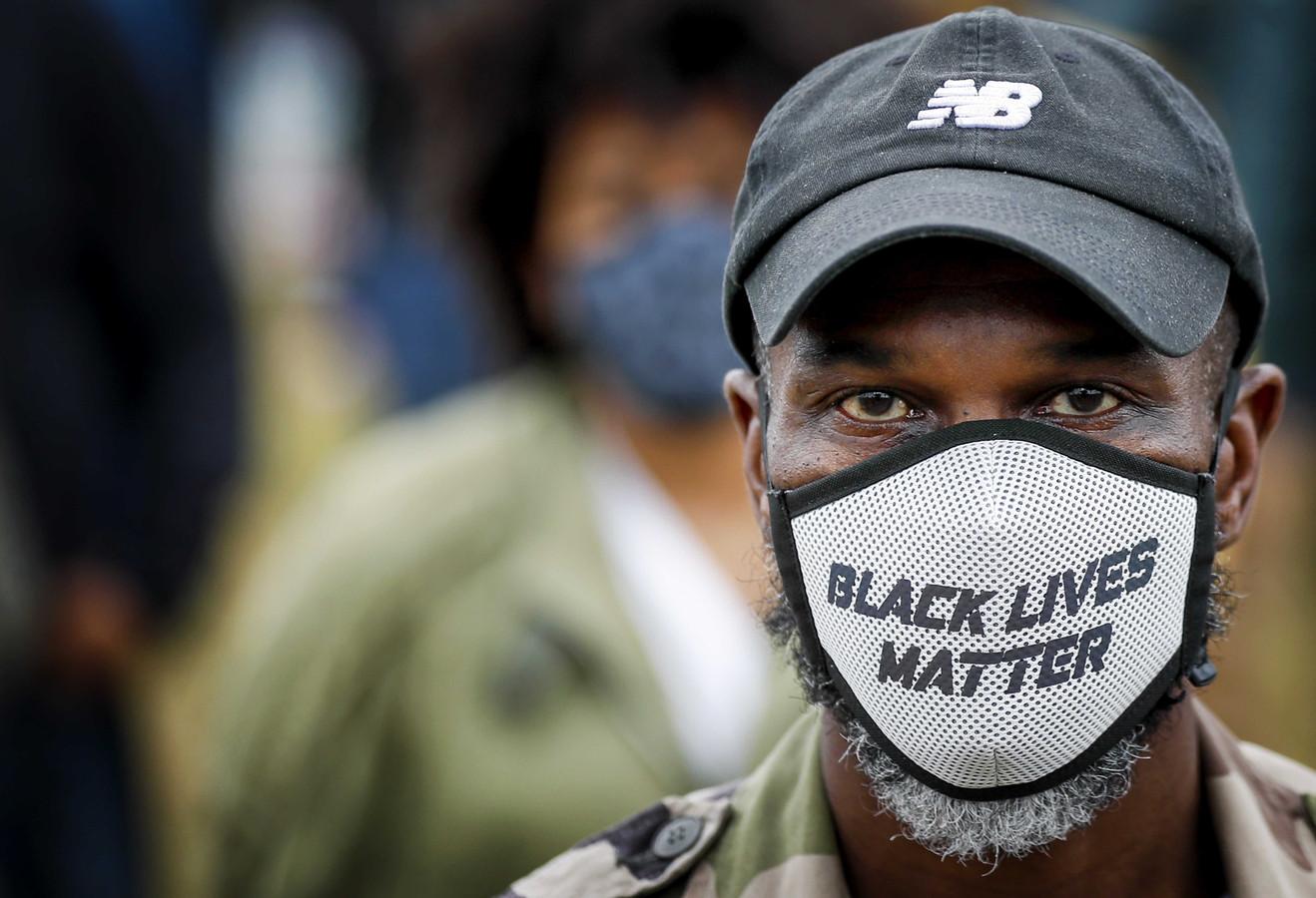 Demonstranten tijdens een demonstratie tegen racisme in het Nelson Mandelapark in de Bijlmer Amsterdam.