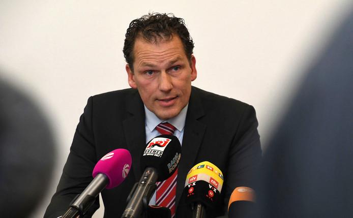 Jan Timke, parlementslid in de deelstaat Bremen voor de rechts-populistische partij Bürger in Wut (Woedende Burgers), vanmiddag tijdens een persconferentie. Hij plaatste het gelekte arrestatiebevel tegen een van de verdachten van de dodelijke steekpartij op zijn Facebookpagina.