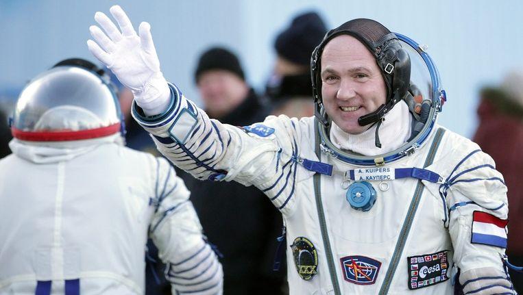 André Kuipers zwaait naar de toeschouwers voor zijn vertrek naar de ruimte. © ANP Beeld