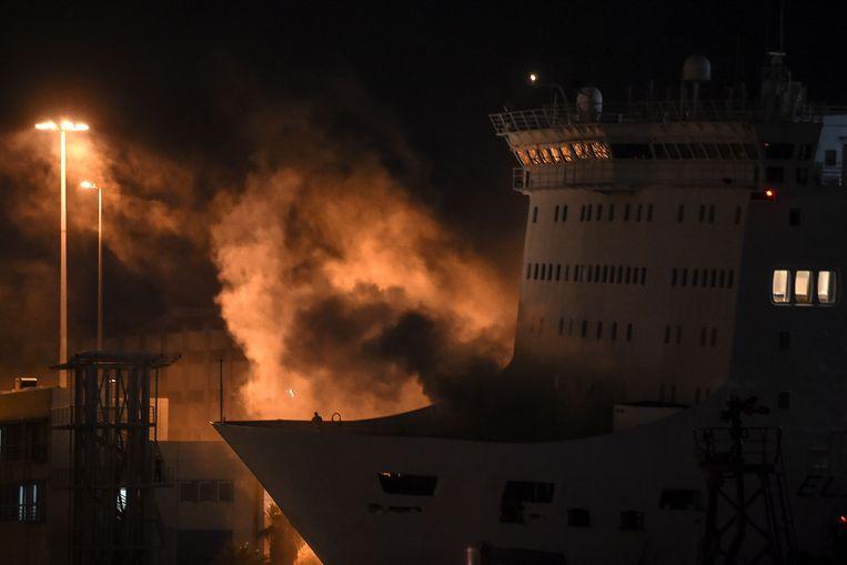 Rook stijgt op uit de Eleftherios Venizelos in de haven van Piraeus. Beeld AFP