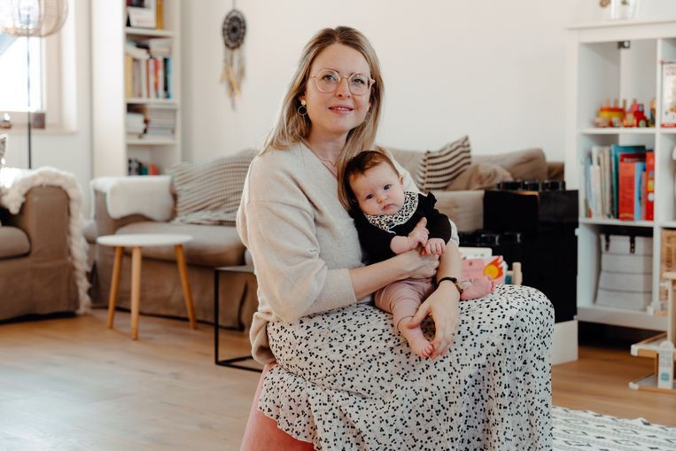 Stéphanie Jaenen beviel van haar dochtertje Louisa Frances met de hulp van een doula. Nu volgt ze zelf een opleiding.  Beeld Damon De Backer