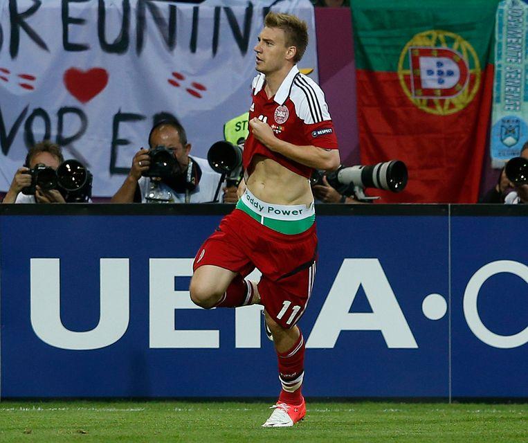 De Deen Nicklas Bendtner showt de naam van een gokkantoor tijdens Euro 2012. Beeld REUTERS