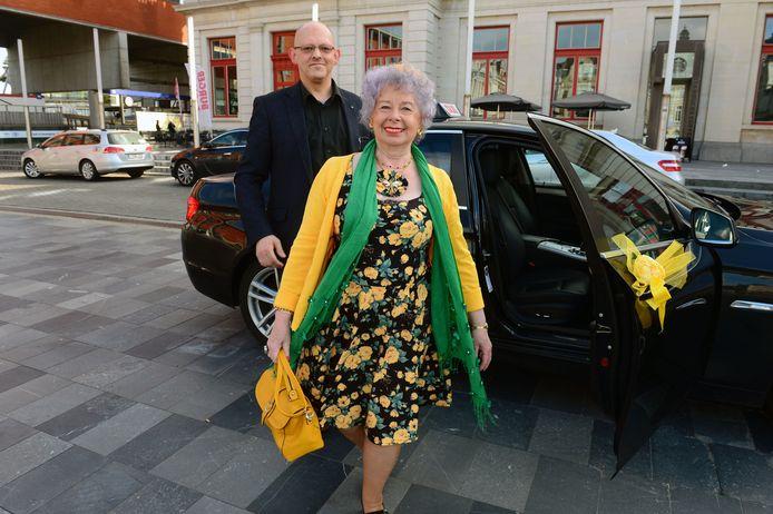 Lucie Mertens heeft net zoals Queen Elizabeth II een eigen chauffeur. In haar geval is het een taxichauffeur die ze door de coronapandemie al lang niet meer heeft gezien.