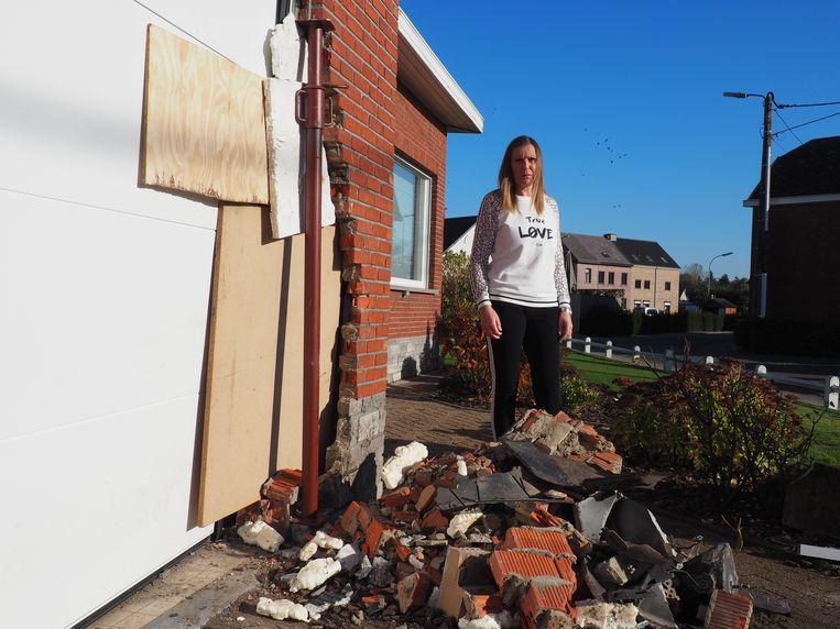 Een voertuig knalde in de Daliastraat in Putte tegen de gevel van een pas gerenoveerde woning. Heidi Vluymans bij de ravage.