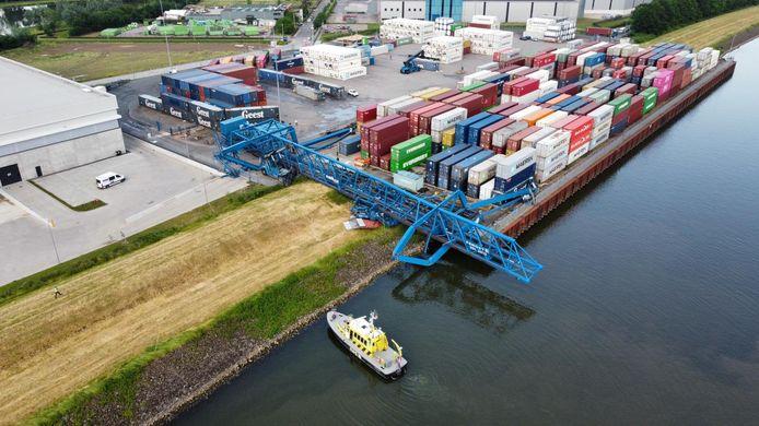 Deze containerkraan op het bedrijventerrein aan de Grotewei in Tiel waaide om door de storm.