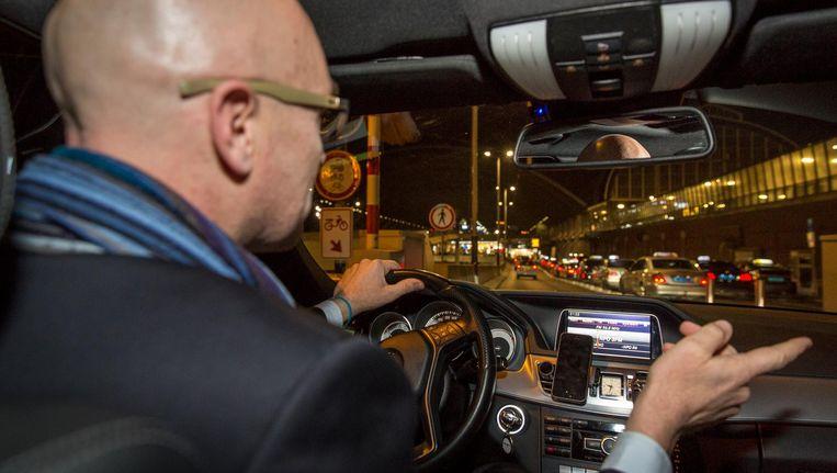 VVD-raadslid Cees Eenhoorn in een taxi Beeld Dingena Mol